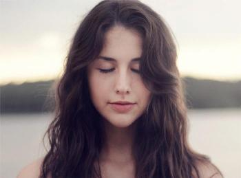 Transcendentalna meditacija, djevojka se u dubokoj meditaciji oslobađa duboko ukorijenjenih stresova i stječe budnu duboku odmornost.